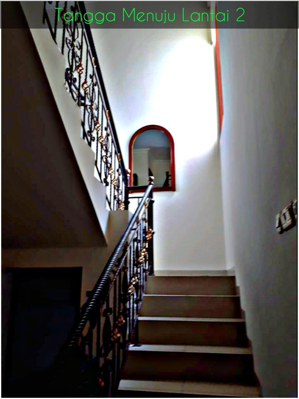 Jatinegara Indah garasi tangga lt.1